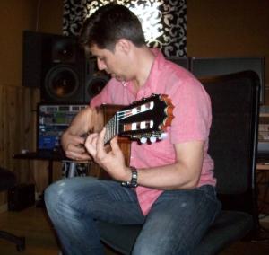 El guitarrista Pedro Sierra probando una de nuestras guitarras