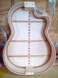 Guitarra de arce con cutaway