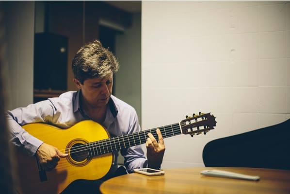 Pedro Sierra con guitarra Hnos. Jimenez Rodriguez